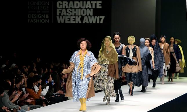 9X bỏ du học theo ngành thời trang, đưa mẹ lên sàn catwalk ảnh 2