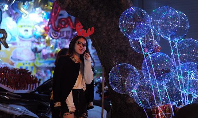 Thiếu nữ Hà thành rạng rỡ xuống phố đón Giáng Sinh sớm ảnh 6