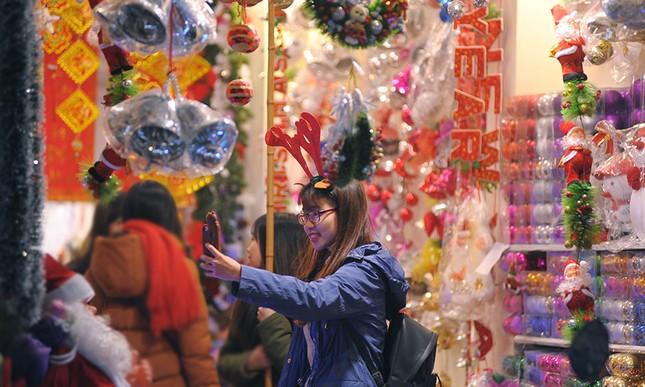 Thiếu nữ Hà thành rạng rỡ xuống phố đón Giáng Sinh sớm ảnh 5