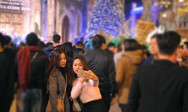 Thiếu nữ Hà thành rạng rỡ xuống phố đón Giáng Sinh sớm ảnh 9