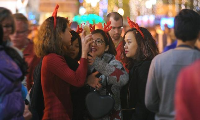 Thiếu nữ Hà thành rạng rỡ xuống phố đón Giáng Sinh sớm ảnh 11