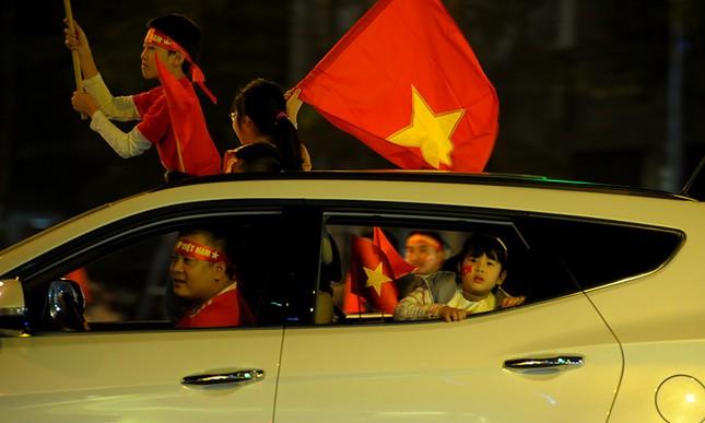 Cổ động viên 'nhí' xuống đường mừng kỳ tích U23 Việt Nam ảnh 5