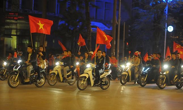Kiếm bộn tiền đêm ăn mừng chiến thắng của tuyển U23 Việt Nam ảnh 1