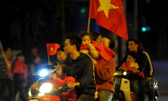 Cổ động viên 'nhí' xuống đường mừng kỳ tích U23 Việt Nam ảnh 6