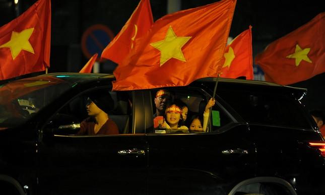 Cổ động viên 'nhí' xuống đường mừng kỳ tích U23 Việt Nam ảnh 8