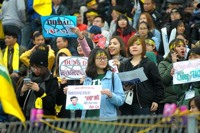 'Team chị gái mưa' cổ vũ, tỏ tình với cầu thủ Phan Văn Đức ảnh 2