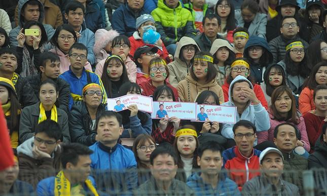 'Team chị gái mưa' cổ vũ, tỏ tình với cầu thủ Phan Văn Đức ảnh 4