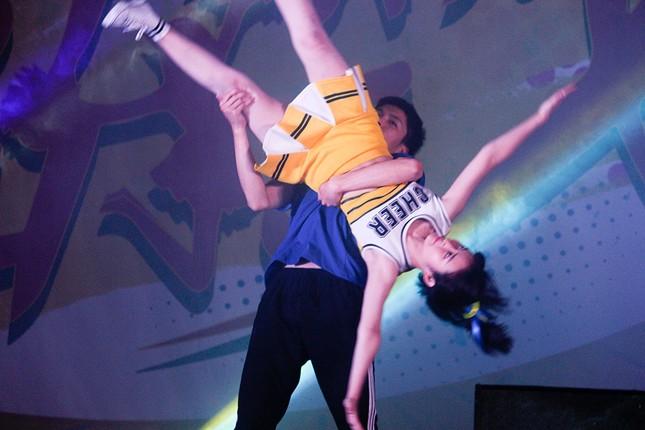 Nữ sinh Tự nhiên khoe nét đẹp với vũ đạo cheerleading ảnh 4