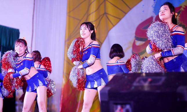 Nữ sinh Tự nhiên khoe nét đẹp với vũ đạo cheerleading ảnh 1