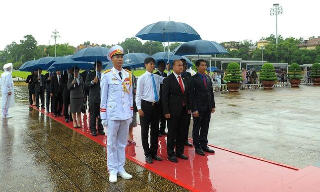 Đoàn đại biểu Hội LHTN Campuchia viếng Lăng Chủ tịch Hồ Chí Minh ảnh 2