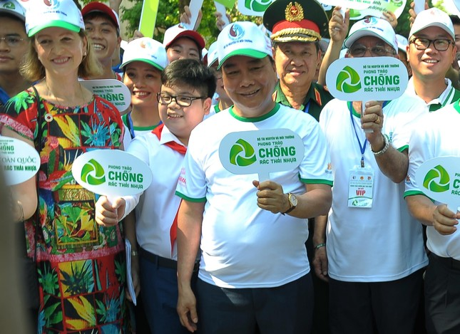 Cậu bé tặng hoa, bắt tay nguyên thủ nhiều quốc gia là đại sứ chống rác thải nhựa ảnh 2