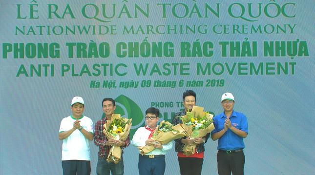 Cậu bé tặng hoa, bắt tay nguyên thủ nhiều quốc gia là đại sứ chống rác thải nhựa ảnh 1