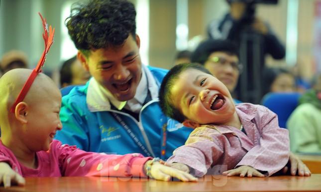 Đại biểu thanh niên mang nụ cười đến viện K Tân Triều ảnh 6
