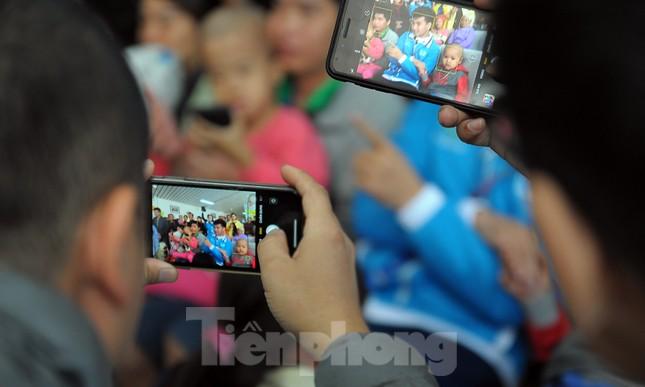 Đại biểu thanh niên mang nụ cười đến viện K Tân Triều ảnh 4