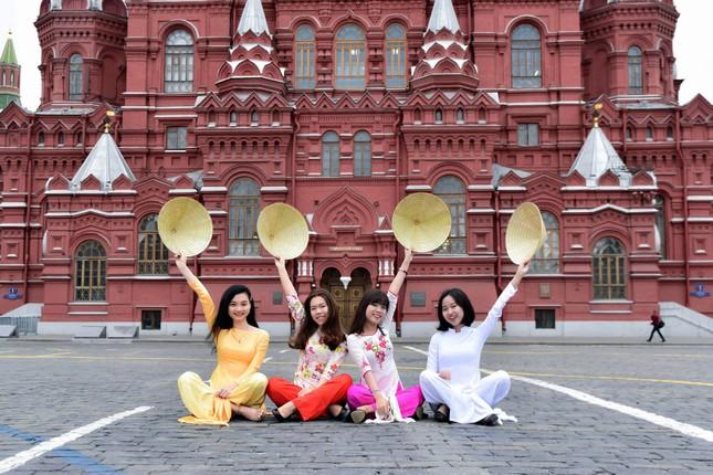 Du học sinh Việt tại LB Nga khoe duyên dáng áo dài ảnh 1