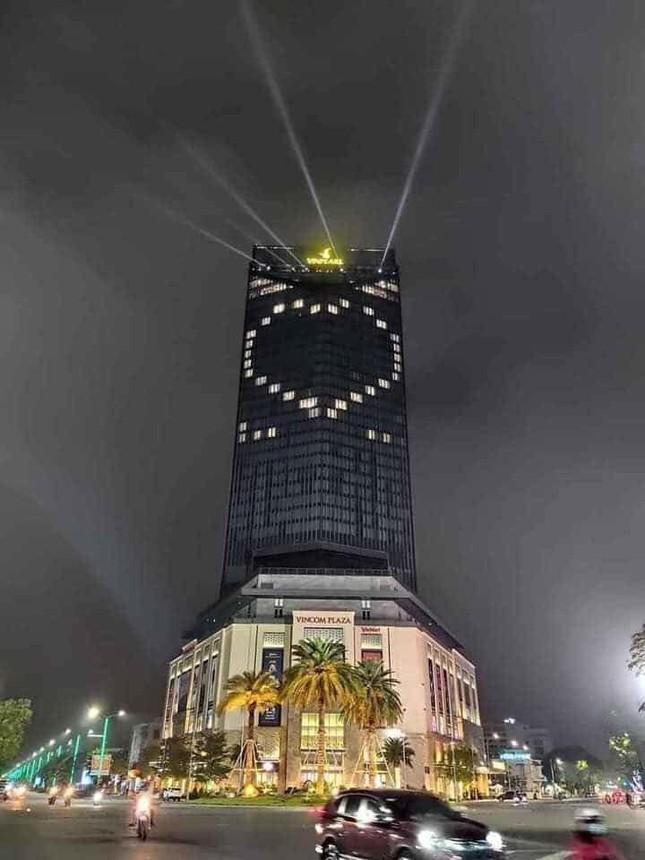 Thắp đèn tạo hình trái tim cổ vũ chống Covid-19 trong ngày Quốc tế hạnh phúc ảnh 3