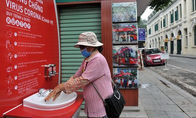 Trạm rửa tay dã chiến chống dịch Covid-19 đầu tiên tại Hà Nội ảnh 6