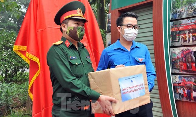Trạm rửa tay dã chiến chống dịch Covid-19 đầu tiên tại Hà Nội ảnh 9
