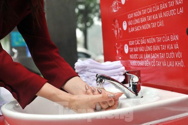 Trạm rửa tay dã chiến chống dịch Covid-19 đầu tiên tại Hà Nội ảnh 5