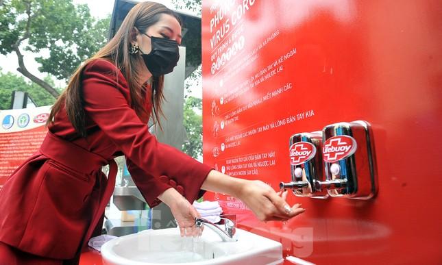 Trạm rửa tay dã chiến chống dịch Covid-19 đầu tiên tại Hà Nội ảnh 4