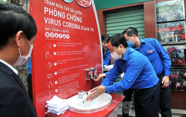 Trạm rửa tay dã chiến chống dịch Covid-19 đầu tiên tại Hà Nội ảnh 3