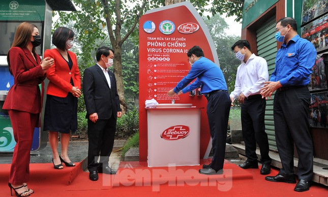Trạm rửa tay dã chiến chống dịch Covid-19 đầu tiên tại Hà Nội ảnh 2