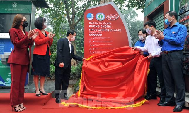 Trạm rửa tay dã chiến chống dịch Covid-19 đầu tiên tại Hà Nội ảnh 1