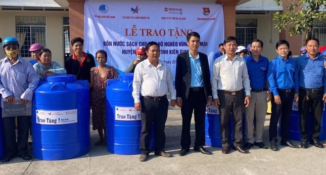Tặng bồn chứa nước cho người dân vùng hạn mặn ảnh 2