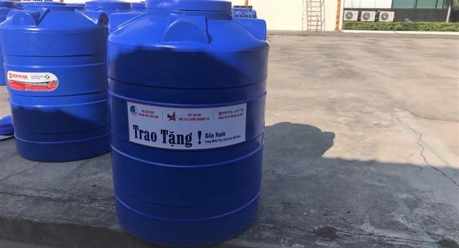 Tặng bồn chứa nước cho người dân vùng hạn mặn ảnh 1