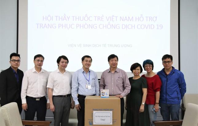 Hội Thầy thuốc trẻ tặng khẩu trang, đồ bảo hộ cho y bác sĩ tuyến đầu chống dịch ảnh 1