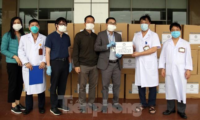 Thêm máy thở, phòng áp lực âm và đồ bảo hộ đến bệnh viện chống dịch ảnh 2