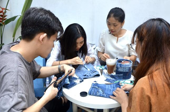 9X kiếm tiền và lan tỏa lối sống xanh nhờ 'tái sinh' đồ jean cũ ảnh 3