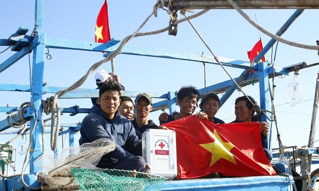 Cờ Tổ quốc, tủ thuốc y tế đến tay ngư dân Lý Sơn ảnh 3