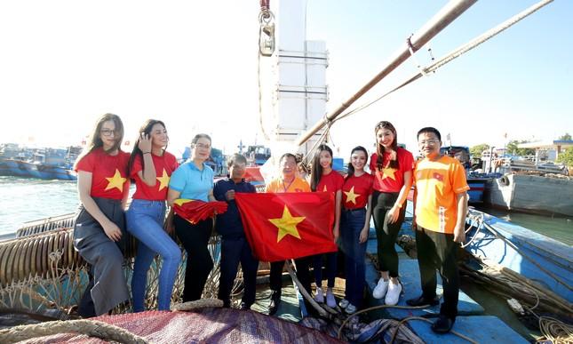 Cờ Tổ quốc, tủ thuốc y tế đến tay ngư dân Lý Sơn ảnh 2