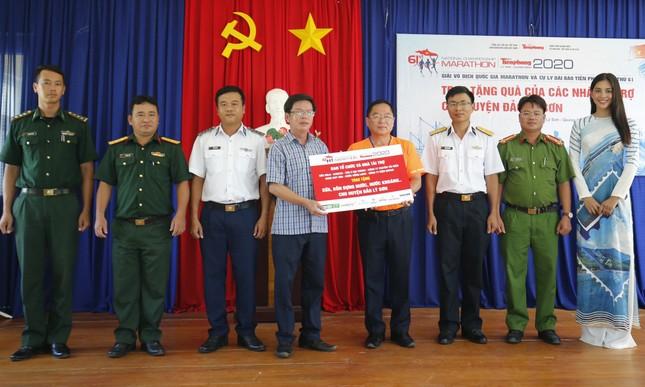 Cờ Tổ quốc, tủ thuốc y tế đến tay ngư dân Lý Sơn ảnh 5