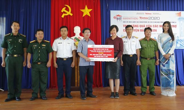 Cờ Tổ quốc, tủ thuốc y tế đến tay ngư dân Lý Sơn ảnh 6