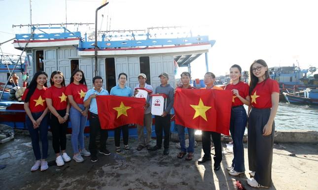 Cờ Tổ quốc, tủ thuốc y tế đến tay ngư dân Lý Sơn ảnh 1
