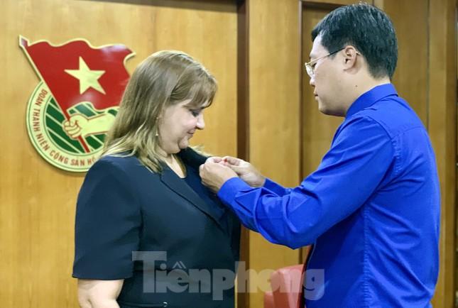Tặng kỷ niệm chương 'Vì thế hệ trẻ' cho Phó Đại sứ Cuba tại Việt Nam ảnh 1