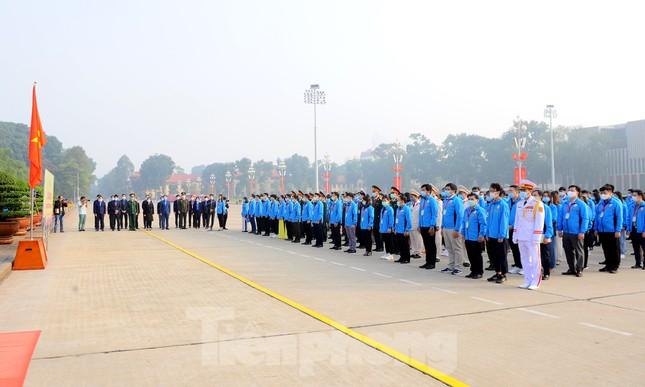Các tài năng trẻ Việt Nam báo công, vào Lăng viếng Chủ tịch Hồ Chí Minh ảnh 1