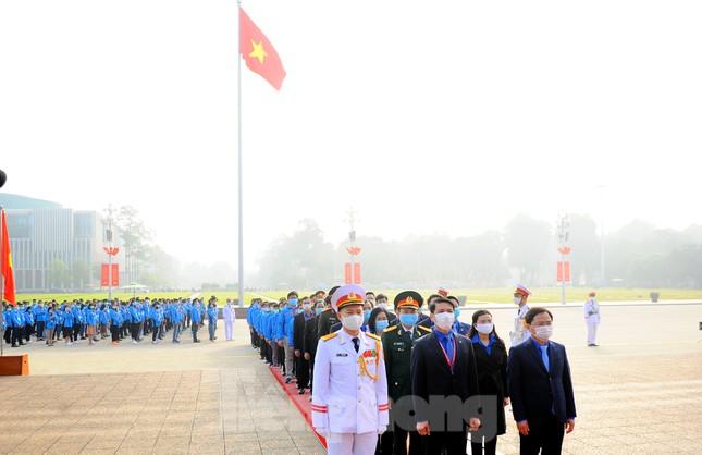 Các tài năng trẻ Việt Nam báo công, vào Lăng viếng Chủ tịch Hồ Chí Minh ảnh 15