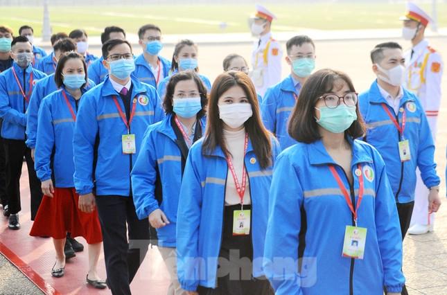 Các tài năng trẻ Việt Nam báo công, vào Lăng viếng Chủ tịch Hồ Chí Minh ảnh 16