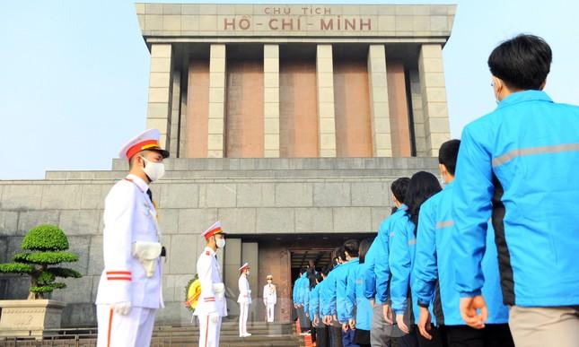 Các tài năng trẻ Việt Nam báo công, vào Lăng viếng Chủ tịch Hồ Chí Minh ảnh 19