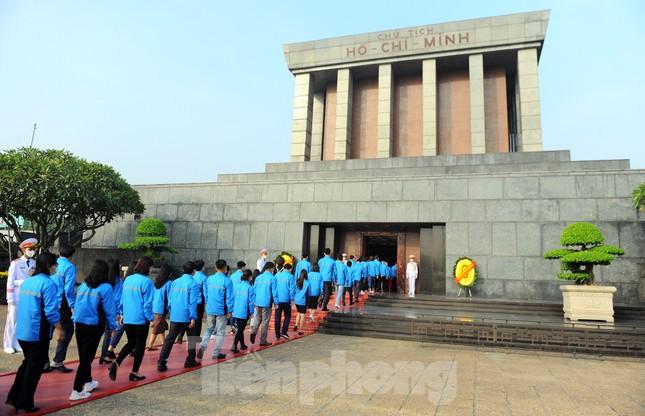 Các tài năng trẻ Việt Nam báo công, vào Lăng viếng Chủ tịch Hồ Chí Minh ảnh 18