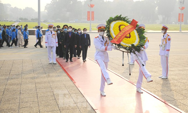 Các tài năng trẻ Việt Nam báo công, vào Lăng viếng Chủ tịch Hồ Chí Minh ảnh 14