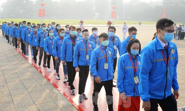 Các tài năng trẻ Việt Nam báo công, vào Lăng viếng Chủ tịch Hồ Chí Minh ảnh 17