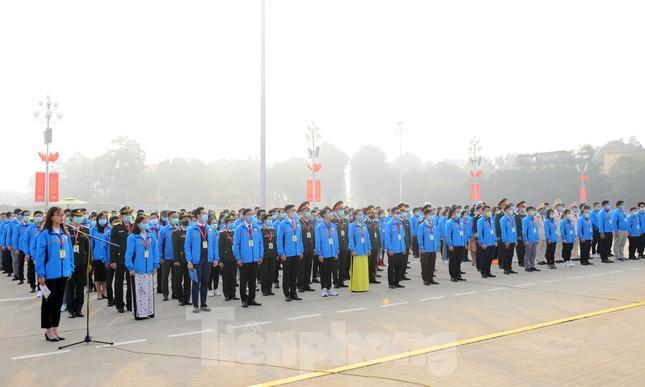 Các tài năng trẻ Việt Nam báo công, vào Lăng viếng Chủ tịch Hồ Chí Minh ảnh 3