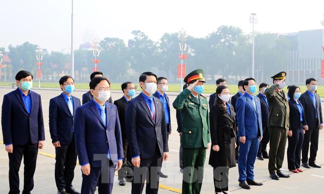 Các tài năng trẻ Việt Nam báo công, vào Lăng viếng Chủ tịch Hồ Chí Minh ảnh 2