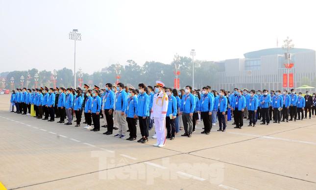 Các tài năng trẻ Việt Nam báo công, vào Lăng viếng Chủ tịch Hồ Chí Minh ảnh 4