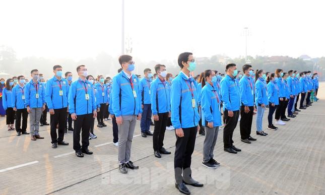 Các tài năng trẻ Việt Nam báo công, vào Lăng viếng Chủ tịch Hồ Chí Minh ảnh 5