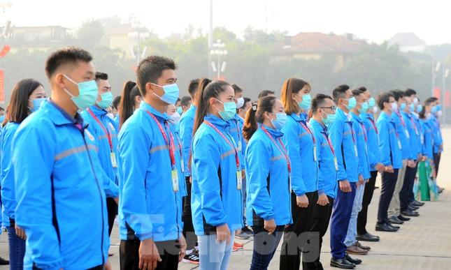 Các tài năng trẻ Việt Nam báo công, vào Lăng viếng Chủ tịch Hồ Chí Minh ảnh 8